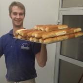 onze bakker bob met een volle plaat worstenbrood